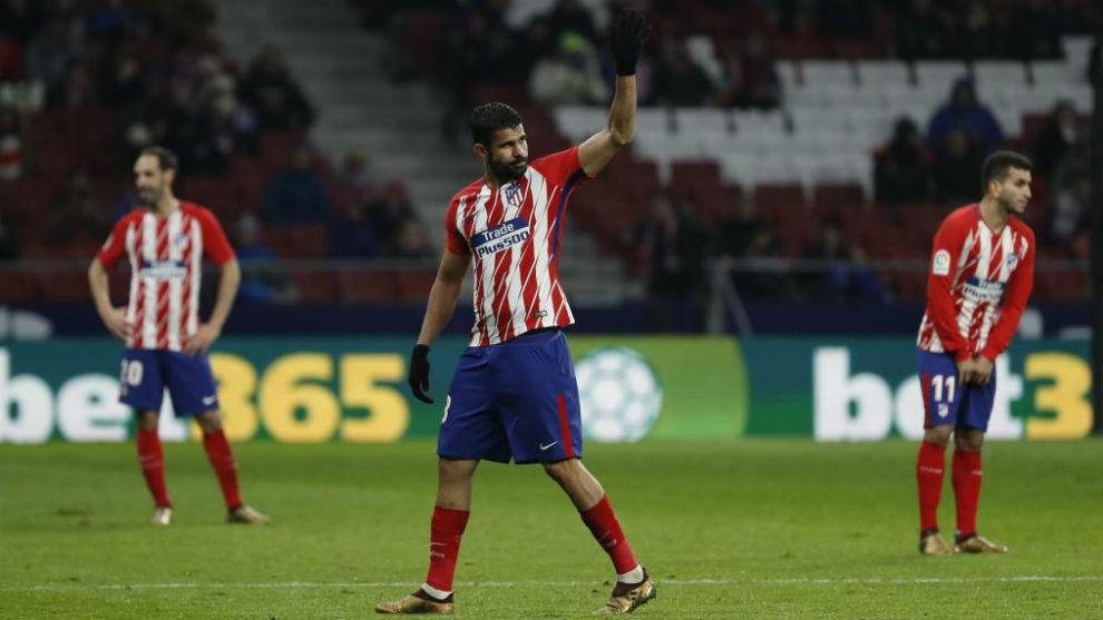 Diego Costa saluda a la afición del Atlético en el Wanda.
