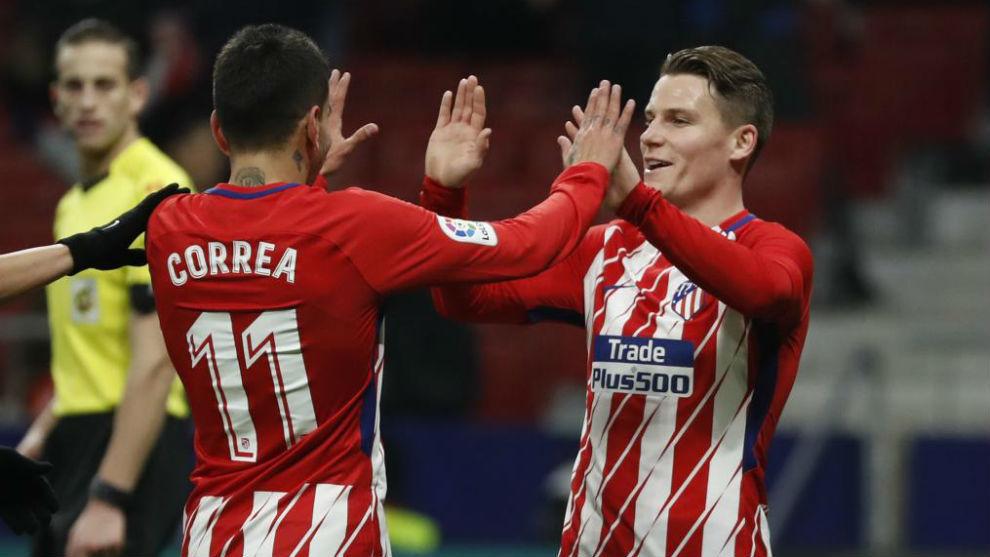 Correa y Gameiro celebran el gol del segundo ante el Lleida.