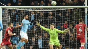 Agüero salta para cabecear a la red el gol del triunfo del City.