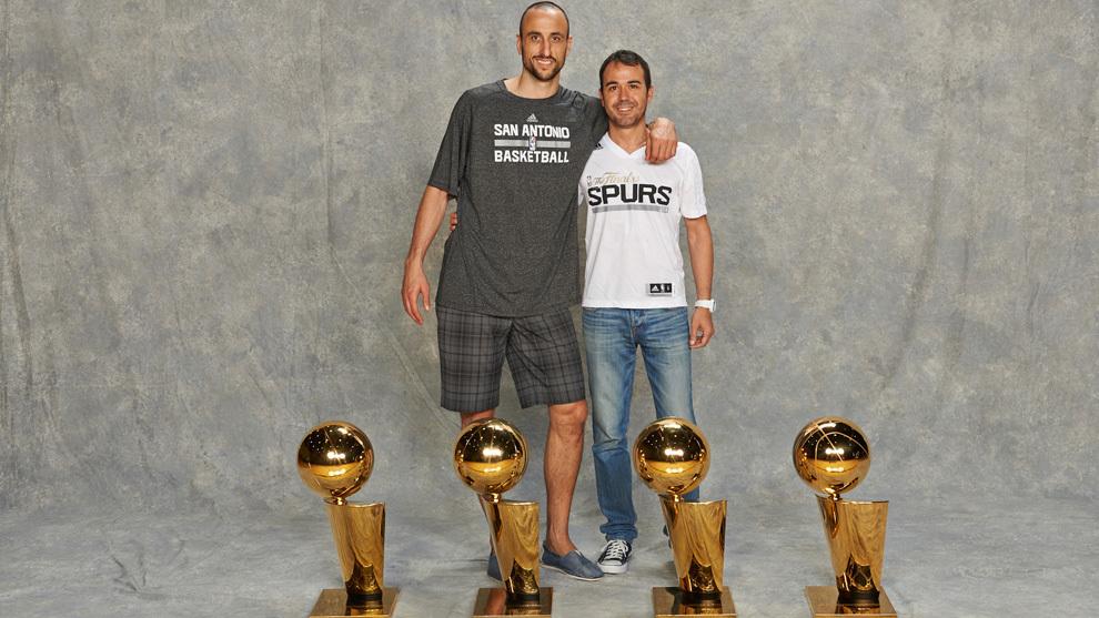 Ginóbilli y Maccari posan con los cuatro títulos NBA del jugador...