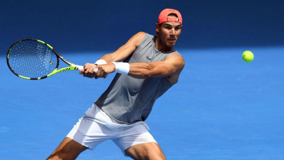 Rafa Nadal, durante una sesión de entrenamiento ayer en Melbourne...