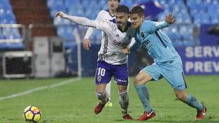 Javi Ros pelea un balón con Ruiz de Galarreta.