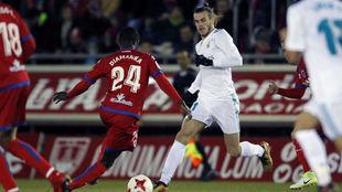 Bale, ante Diamanka en el partido de ida.