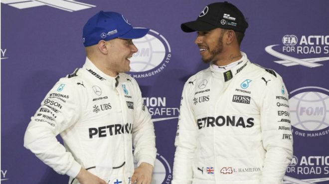 Bottas habla con Hamilton.
