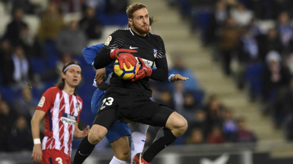 Oblak bloca un balón en el partido contra el Espanyol.