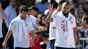 Vidal saluda a los aficionados del Bayern durante el 'stage'...