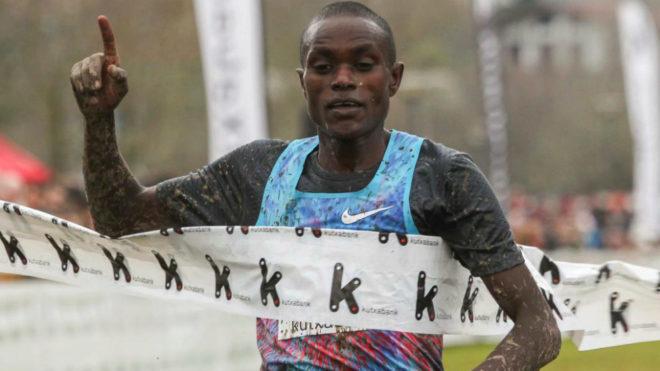 El ugandés Timothy Toroitich cruza la meta en el Cross de Zornotza.