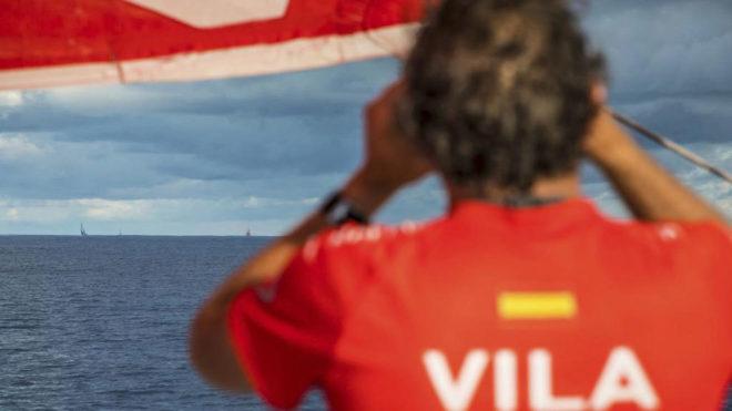 Joan Vila mira por los prismáticos al resto de la flota