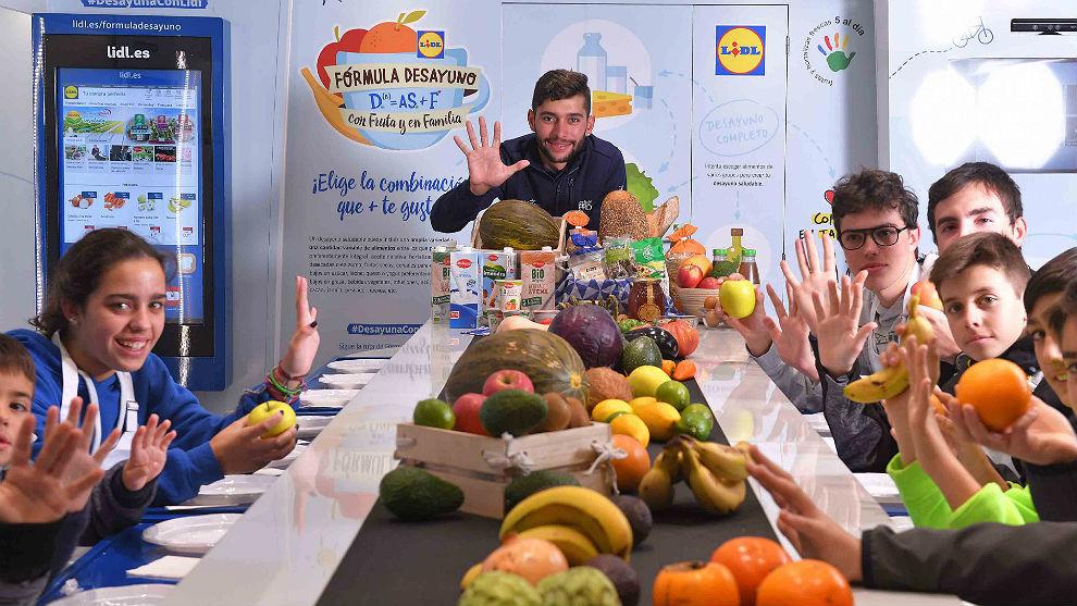 Fernando Gaviria, con los niños en la campaña 'Fórmula Desayuno' de...