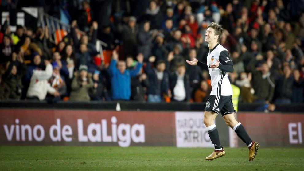 Luciano Vietto celebra un gol con el Valencia