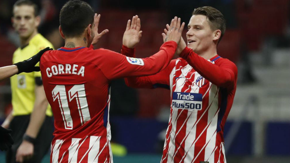 Correa (22) y Gameiro (30) festejan la diana del francés ante el...