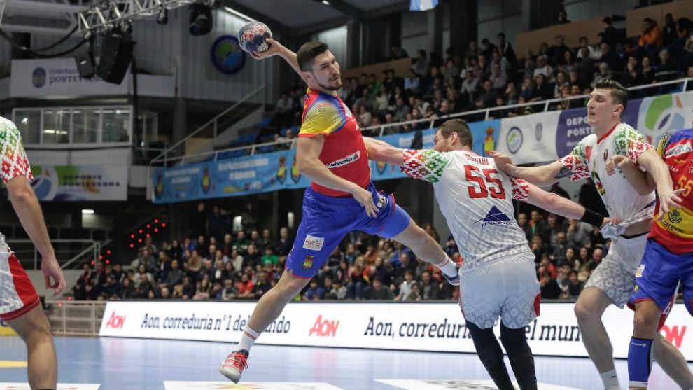 Álex, lanzando frente a Bielorrusia en el primer partido de...