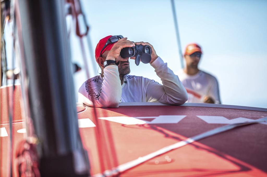 Xabi Fernández mira con los prismáticos a sus rivales