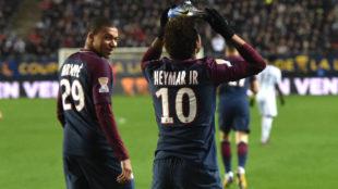 Neymar festeja su gol ante la mirada de Mbappé.