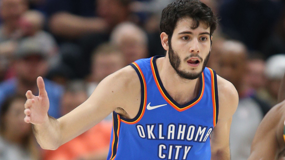 Abrines intenta frenar a un rival