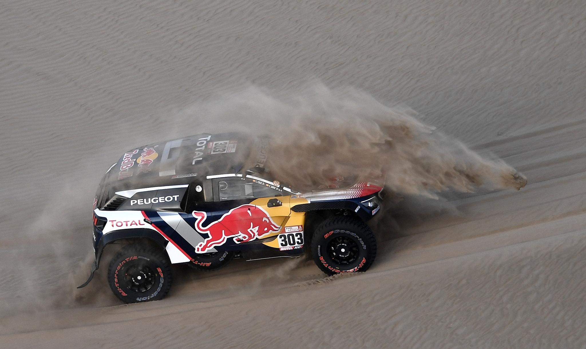 Carlos Sainz y su copiloto, Lucas Cruz en las duna de Tanaca