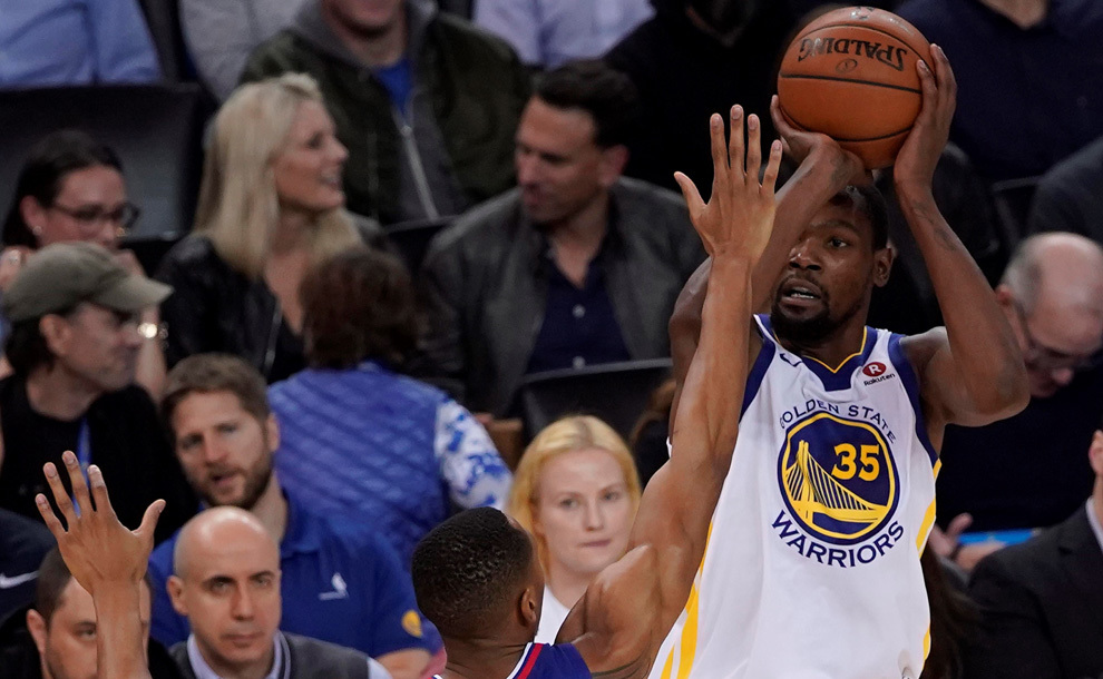 Durant intenta anotar ante Johnson