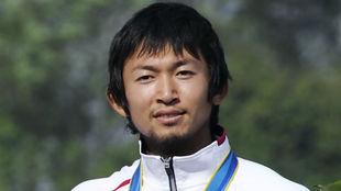 Yasuhiro Suzuki recogiendo una medalla de bronce en Juegos asiáticos