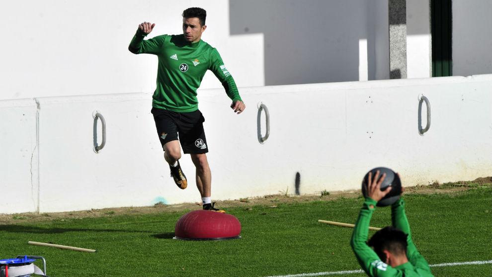 Rubén Castro hace un ejercicio en el entrenamiento de este jueves.