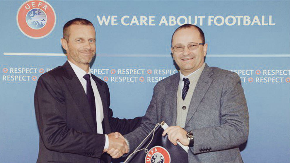 Patrick Baumann (FIBA) se saluda con Aleksander Ceferin (UEFA)