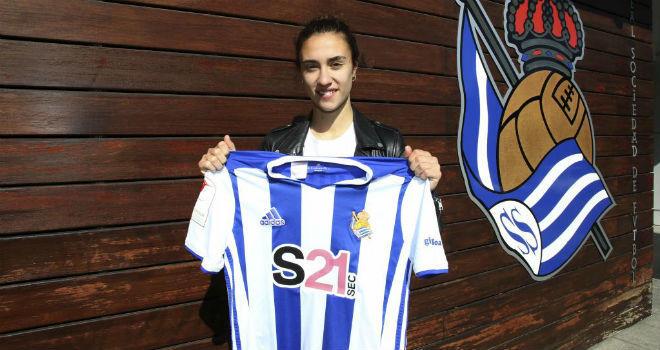 Nahikari García posa con la camiseta de la Real Sociedad.