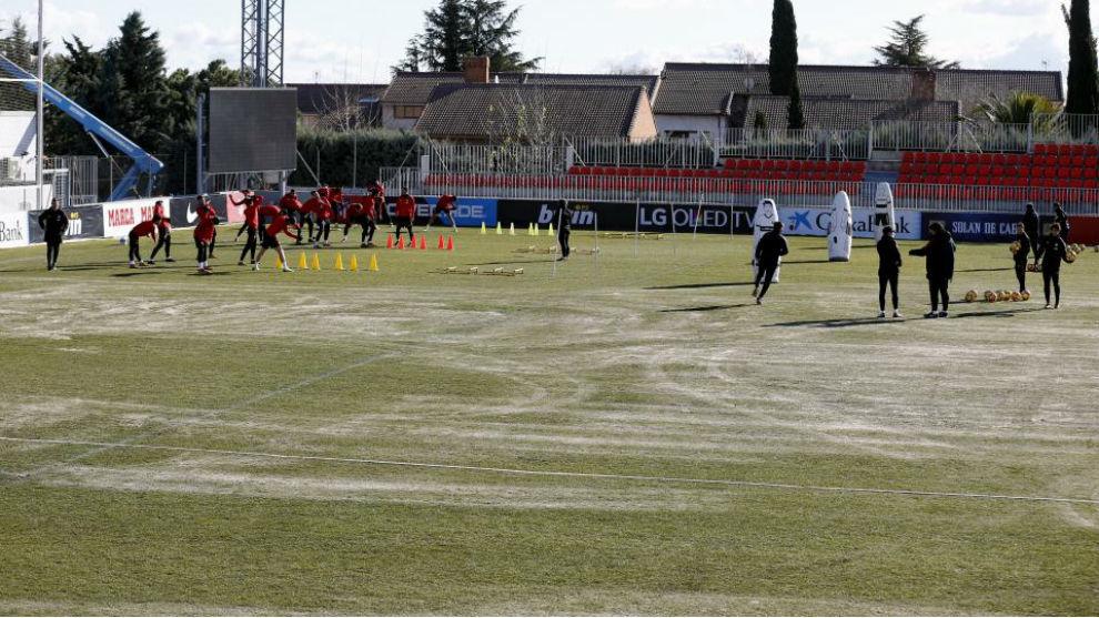 El Atlético se ejercita en uno de los deteriorados terrenos de juego...