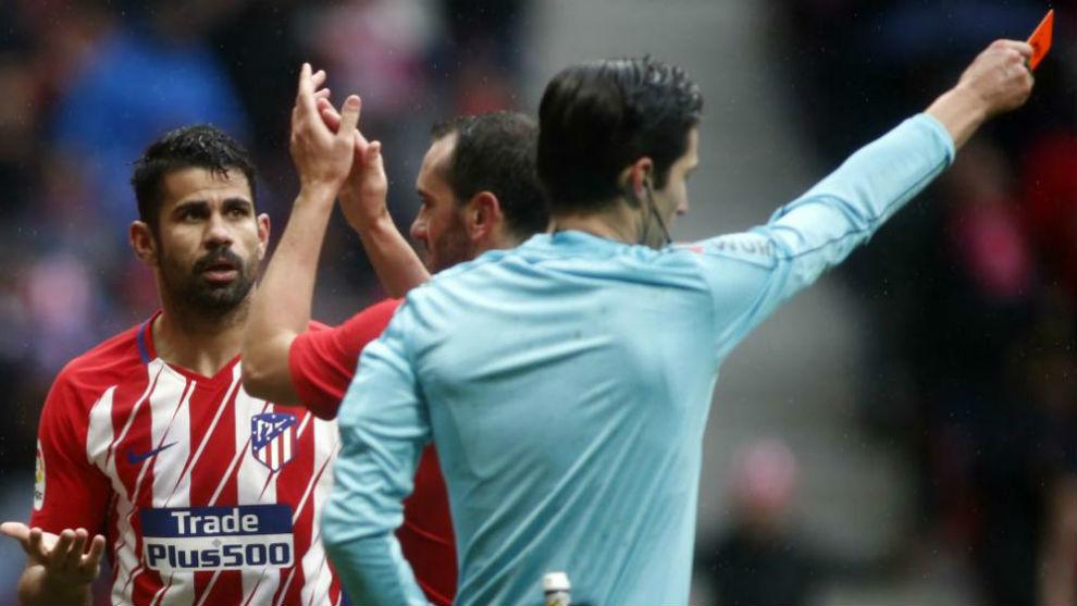 Diego Costa pide explicaciones después de que Munuera le muestre...