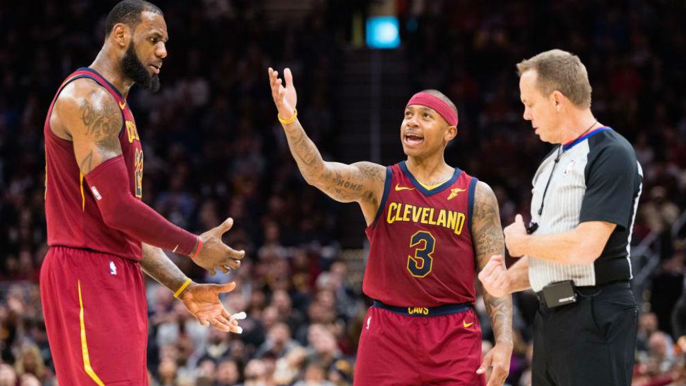 LeBron James e Isaiah Thomas le piden explicaciones a un árbitro