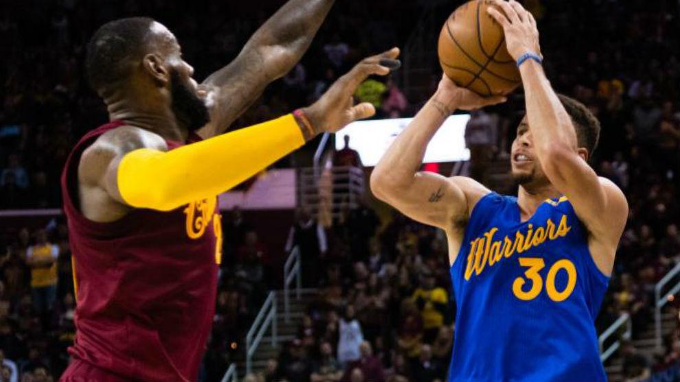 LeBron James defiende un tiro de Stephen Curry