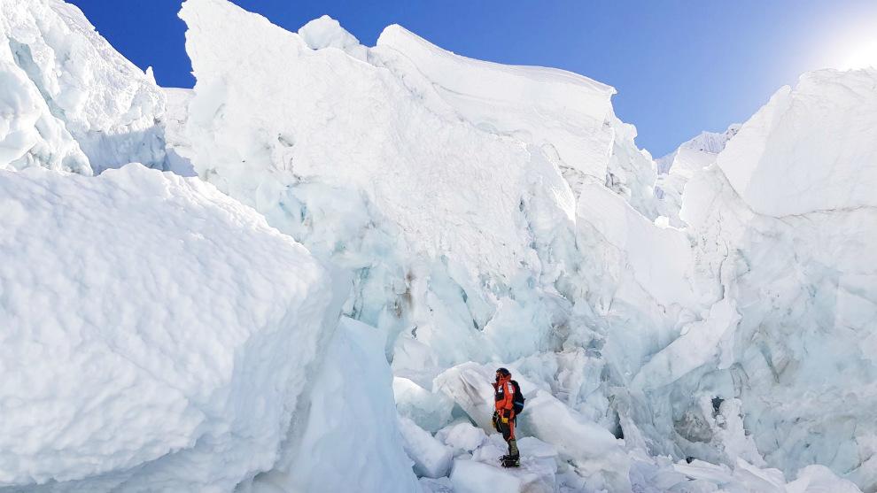 Alex Txikon junto en la zona de la Cascada de Hielo de Kumbu