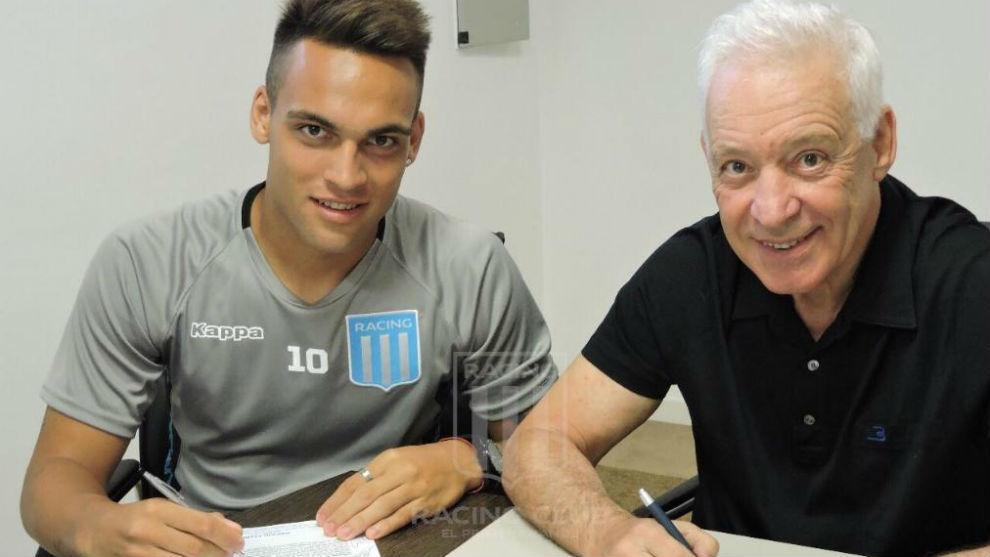 Lautaro, firmando su nuevo contrato con Racing.