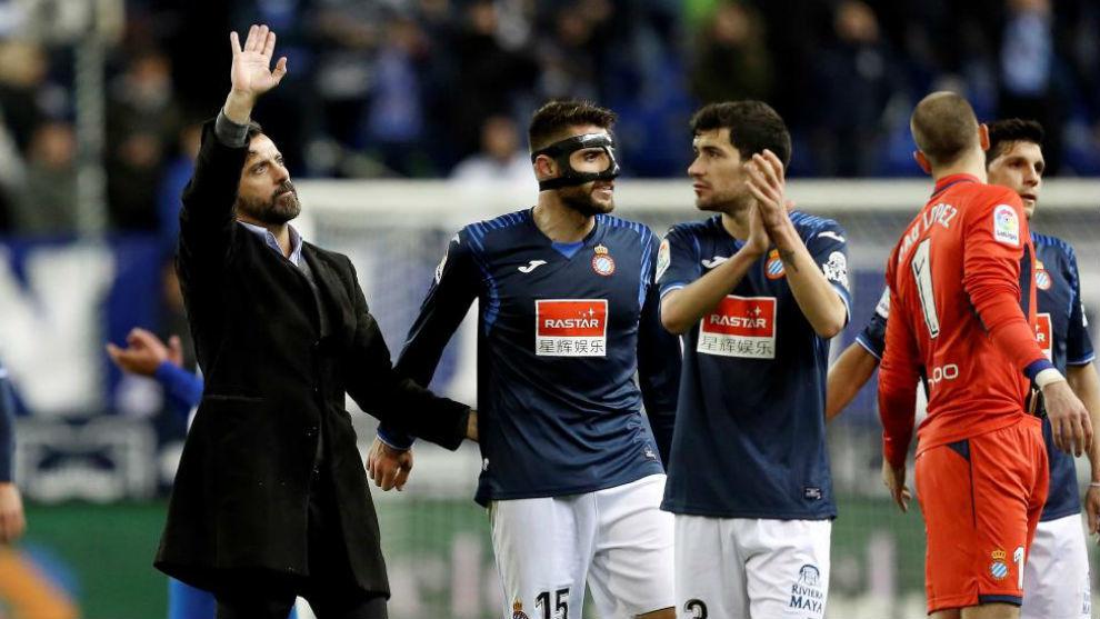 Quique Sánchez Flores y varios jugadores del Espanyol en el Ciutat de...