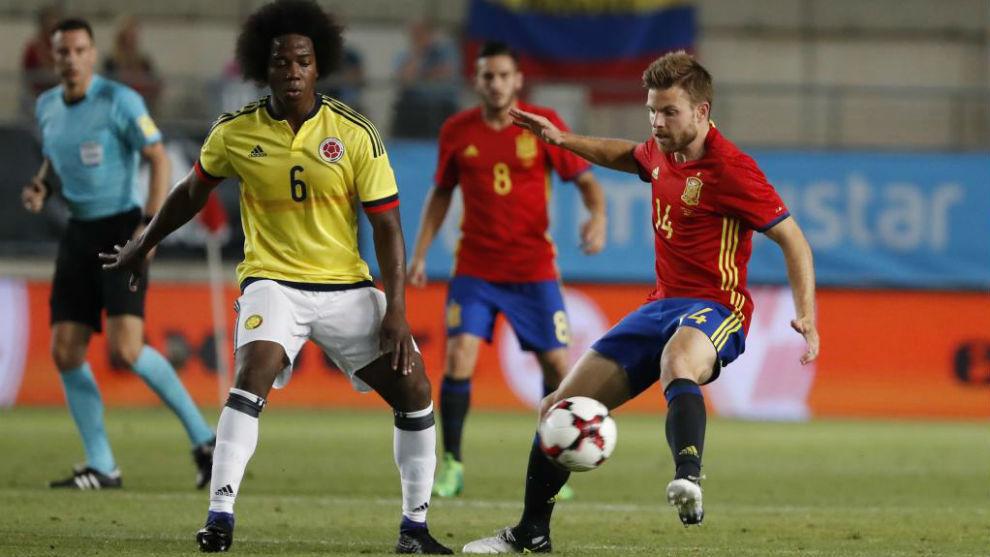 Carlos Sánchez trata de robarle un balón a Illarra en un...