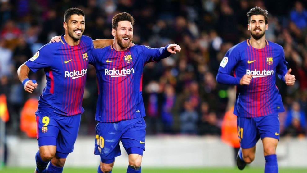 Messi, Suárez y André Gomes celebran el gol de Messi