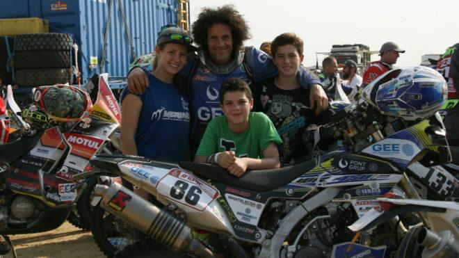 Julián Merino posa con parte de su numerosa familia.