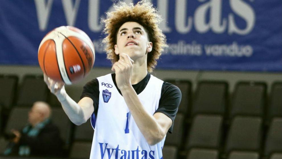 LaMelo Ball en un entrenamiento con el Vytautas