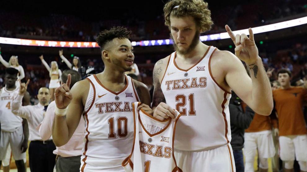 Dos jugadores de Texas homenajean a Andrew Jones