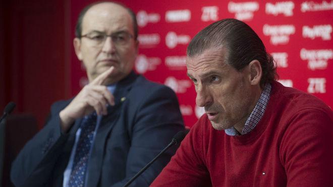 Óscar Arias responde a los medios junto a José Castro.
