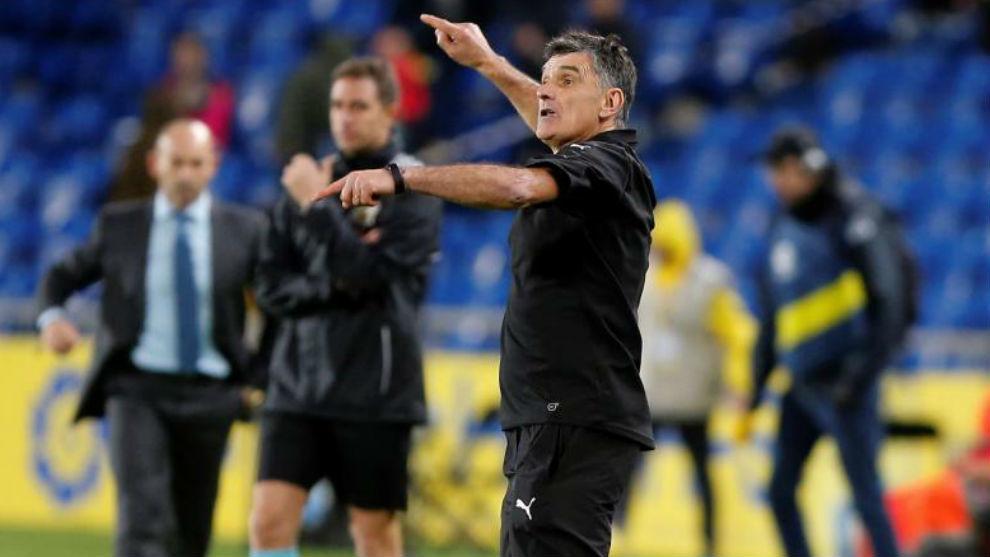 Mendilibar da indicaciones durante el partido ante Las Palmas.