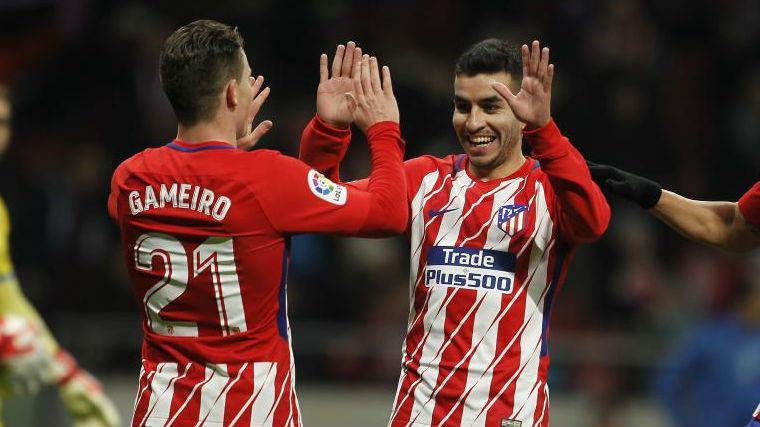 Gameiro y Correa celebran un gol.