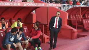José Luis Oltra mira a su banquillo durante un partido en Los...