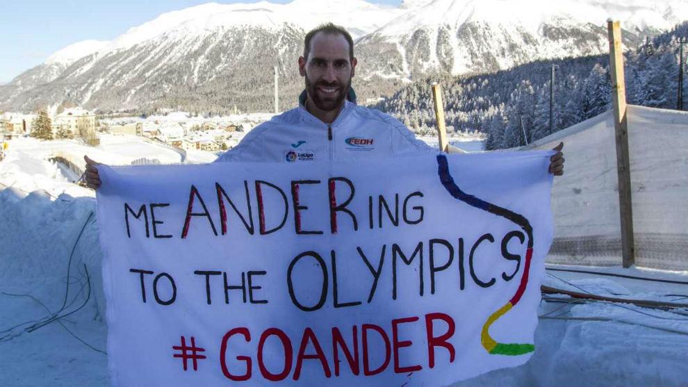 Ander Mirambell, con la pancarta que le hicieron por sorpresa sus...
