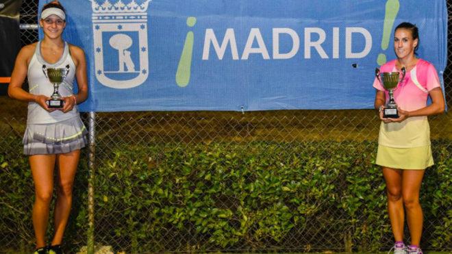 Rebeka Masarova (a la izquierda), tras perder la final del ITF del...