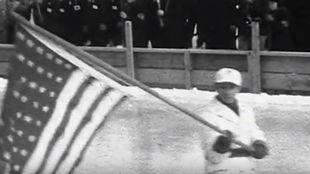 Fiske porta la bandera estadounidense en la ceremonia inaugural de...