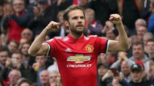 Mata celebra un gol con el United.