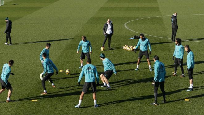 Un 'rondo' de los jugadores del Madrid donde trabajan la posesión