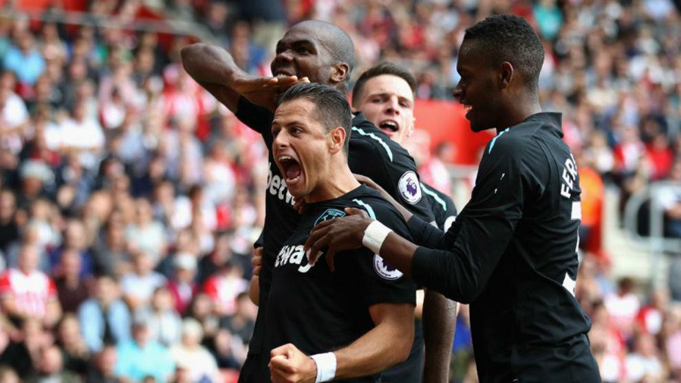 Chicharito, celebrando un gol con el West Ham.