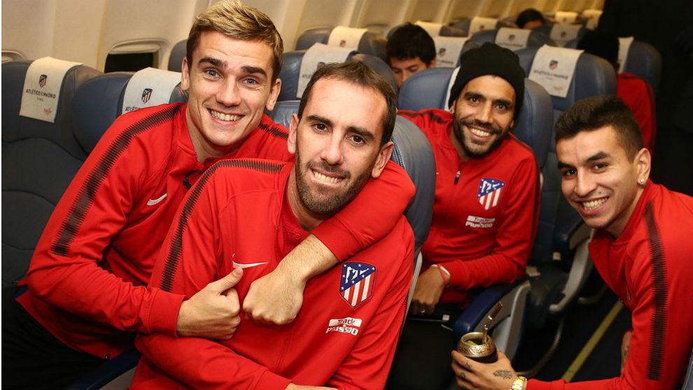 Los jugadores del Atlético, sonrientes dentro del avión.