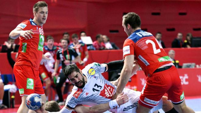 Nikola Karabatic cae entre la defensa noruega.