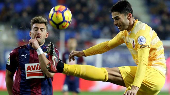 Juanpe despeja un balón durante el partido ante el Eibar.